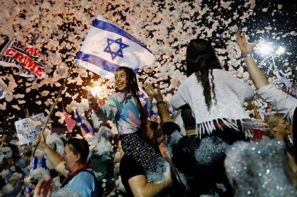 Israël : des milliers d'Israéliens dans la rue pour fêter le départ de Netanyahou